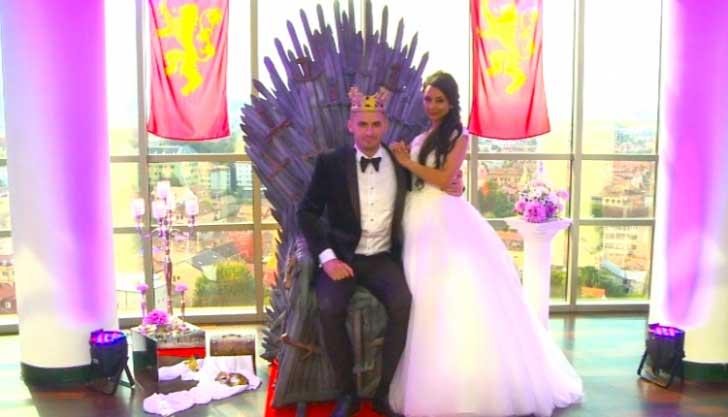nunta la romani poza cu un cuplu la nunta pe un scaun inspirat din gaem of thrones
