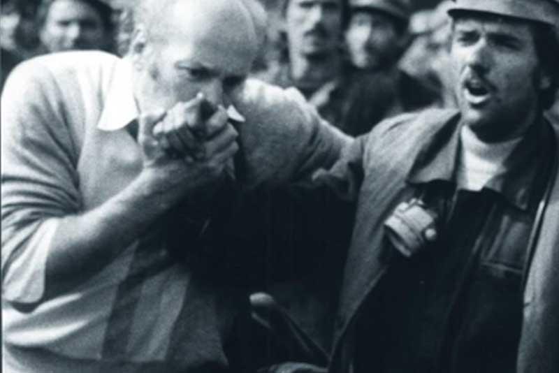 primarul mitica imagine cu cetatean al bucurestiului sarutand cu sorbire si daruire mana unui miner care tocmai a batut cu bestialitate un student