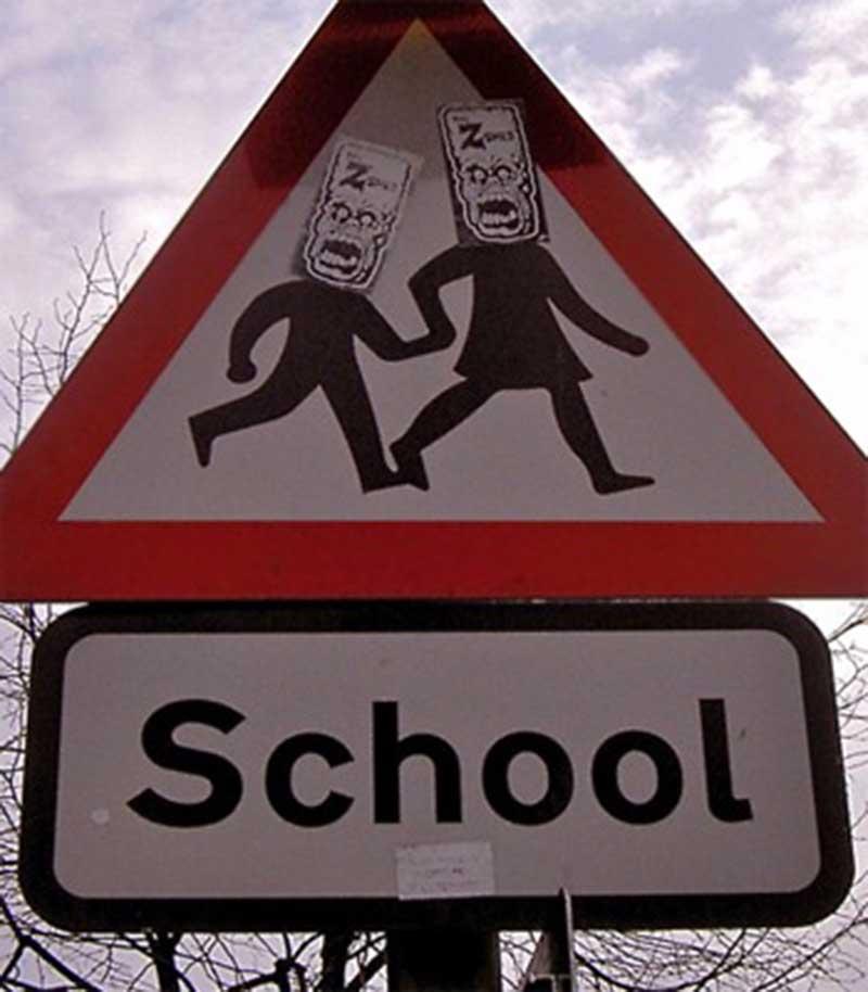 scoala romaneasca imagine cu semn de atentie elevi si textul scoala in limba engleza
