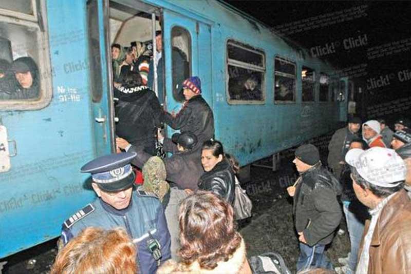 viata la tara imagine cu calatori care sunt dati jos din tren in urma unui control CFR